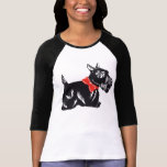 Perro del escocés con una camiseta roja del raglán