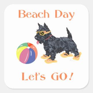 Perro del escocés del día de la playa pegatina cuadradas personalizadas