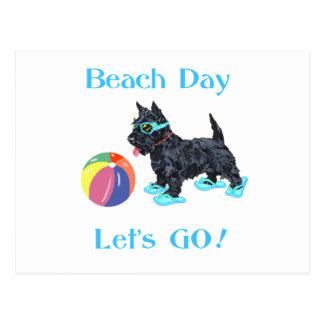 Perro del escocés del día de la playa postales