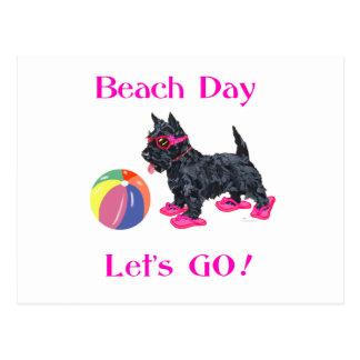 Perro del escocés del día de la playa tarjeta postal