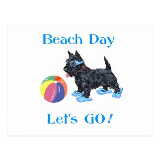 Perro del escocés del día de la playa tarjetas postales