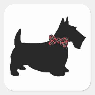 Perro del escocés en pajarita de la tela escocesa pegatina cuadradas