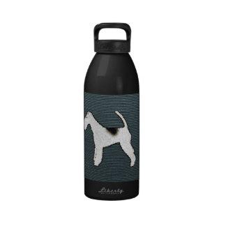 Perro del fox terrier en azul gris botallas de agua