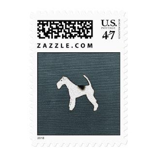 Perro del fox terrier en azul gris sello