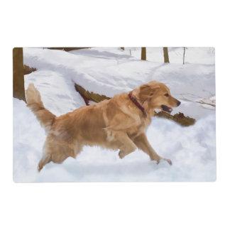 Perro del golden retriever en la nieve salvamanteles