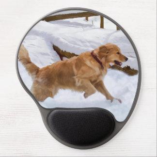 Perro del golden retriever en nieve alfombrilla con gel