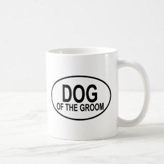 Perro del negro del novio que casa óvalo taza clásica