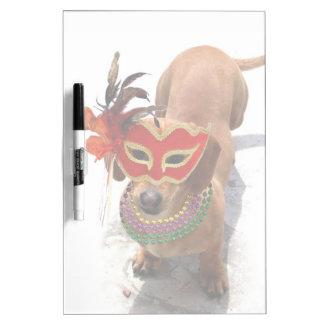 Perro del perro de patas muy cortas del carnaval pizarras blancas de calidad