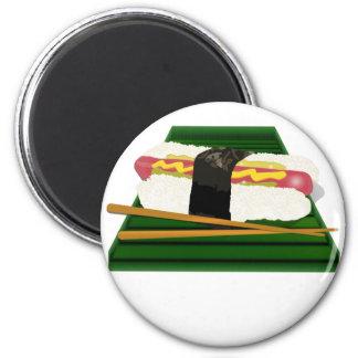 Perro del sushi en una bandeja con los palillos imán para frigorifico