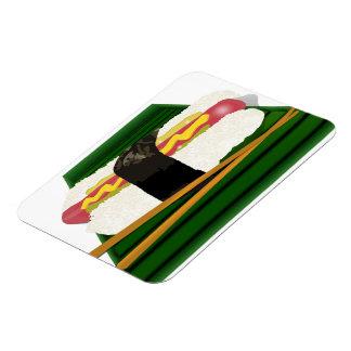 Perro del sushi en una bandeja con los palillos imán de vinilo