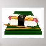 Perro del sushi en una bandeja con los palillos impresiones