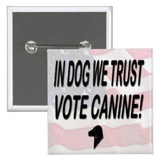 Perro del voto con la bandera americana pin cuadrado