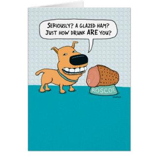 Perro divertido con la tarjeta de cumpleaños
