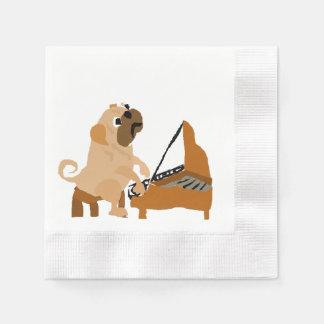 Perro divertido del barro amasado que juega el servilleta desechable