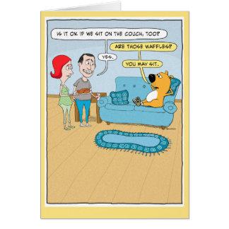 Perro divertido en tarjeta de cumpleaños del sofá