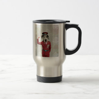 Perro divertido en uniforme del rojo tazas de café