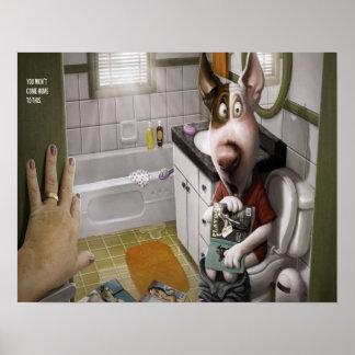 Perro divertido y lindo en el cuarto de baño