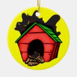 Perro en casa de perro ornatos