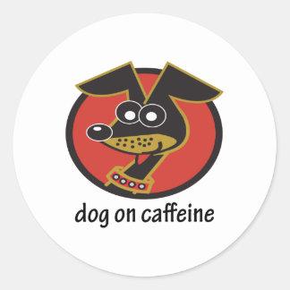Perro en diseño del cafeína etiquetas redondas