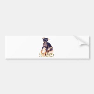 perro en el tejado caliente de la lata pegatina de parachoque