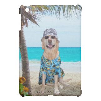 Perro en la playa en una camisa hawaiana