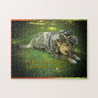 Perro en rompecabezas del camuflaje