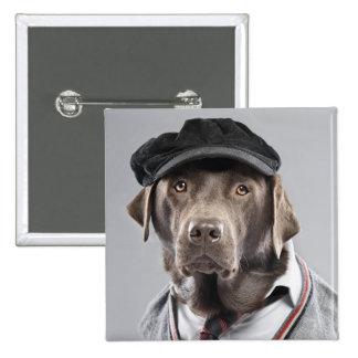 Perro en suéter y casquillo pin cuadrado