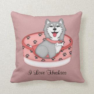 Perro esquimal gris y blanco en la cama (chica) cojín