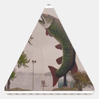 Perro esquimal la demostración del borde de la pegatina triangular