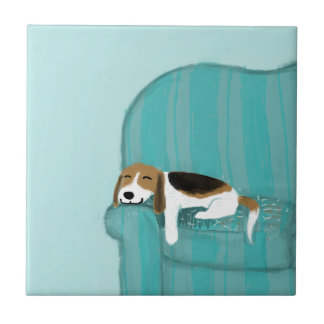 Perro feliz del sofá - beagle lindo azulejo cuadrado pequeño