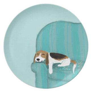Perro feliz del sofá - beagle lindo plato de comida