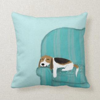 Perro feliz del sofá - beagle lindo que se relaja cojin