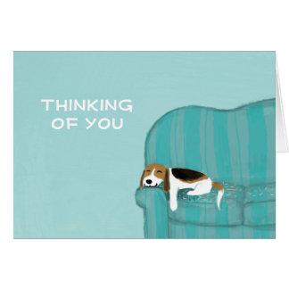 Perro feliz del sofá con el texto adaptable tarjeta pequeña
