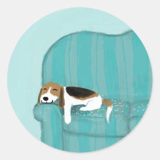 Perro feliz del sofá pegatina redonda