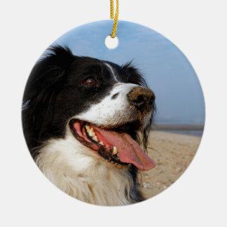 Perro feliz en la playa adorno navideño redondo de cerámica