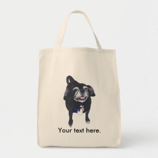 Perro feliz lindo del barro amasado las sus bolsas