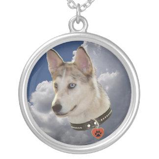Perro fornido sereno en nubes blancas mullidas colgante redondo