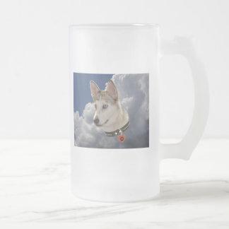 Perro fornido sereno en nubes blancas mullidas taza de cristal