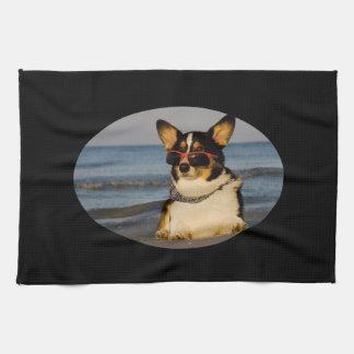 Perro fresco en la playa toallas de mano