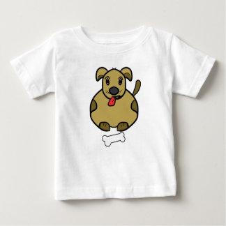 Perro gordo con la camiseta del hueso playera
