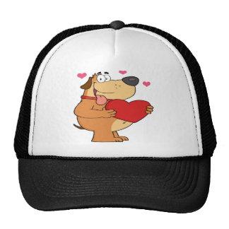 Perro gordo que lleva a cabo un corazón gorro de camionero