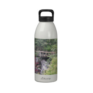 Perro japonés del jardín botella de agua