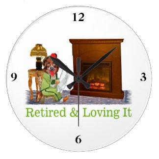 Perro jubilado que gandulea por el fuego reloj redondo grande