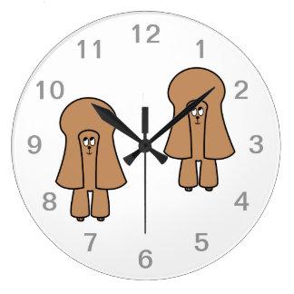 Perro lindo. Caniche marrón de la miniatura/de jug Relojes De Pared