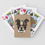 Perro lindo con el bigote, las lentes y el hueso e cartas de juego