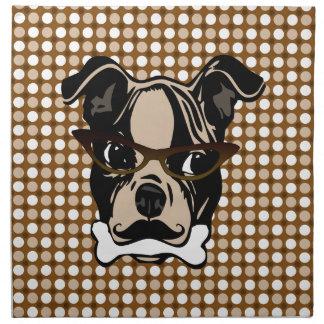 Perro lindo con el bigote las lentes y el hueso e servilletas de papel
