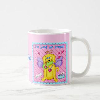 Perro lindo del ángel con las alas en rosa taza básica blanca