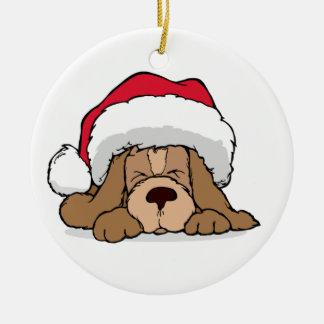 Perro lindo del navidad con el ornamento del gorra adorno redondo de cerámica