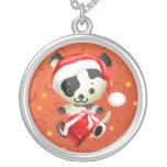 Perro lindo en collares de Navidad del gorra de Sa