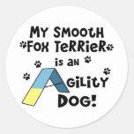 Perro liso de la agilidad del fox terrier pegatinas redondas